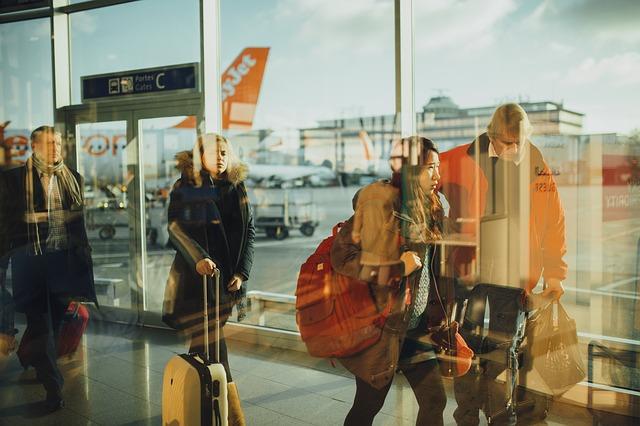 Jak ubrać się w podróż samolotem? Czego lepiej nie zakładać na długi lot?