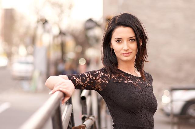 Kobieta w czarnej, koronkowej sukience